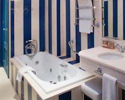 Hoteles con habitaciones con jacuzzi en sevilla for Hoteles en sevilla con habitaciones cuadruples